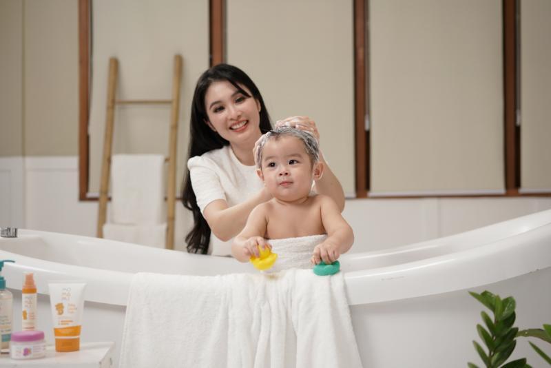 Sandra Dewi Berikan Momami Baby Care untuk Kesehatan dan Perlindungan Kulit Anak Sejak Dini